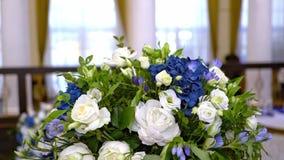 Flores hermosas en la tabla en día de boda almacen de video
