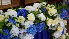 Flores hermosas en la tabla en día de boda Tabla principal almacen de metraje de vídeo