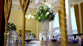 Flores hermosas en la tabla en d?a de boda almacen de video