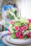 Flores hermosas en la tabla de la boda Fotos de archivo libres de regalías