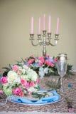 Flores hermosas en la tabla de la boda Fotografía de archivo