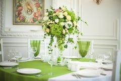 Flores hermosas en la tabla en día de boda Foto de archivo libre de regalías
