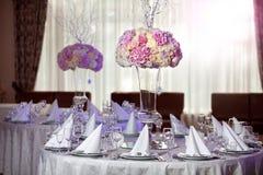 Flores hermosas en la tabla en día de boda Fondo de lujo del día de fiesta Fotos de archivo libres de regalías