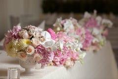 Flores hermosas en la tabla en día de boda Fondo de lujo del día de fiesta Fotografía de archivo