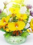 Flores hermosas en los floreros aislados en blanco Foto de archivo libre de regalías