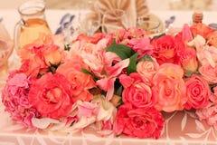 Flores hermosas en una tabla Fotografía de archivo