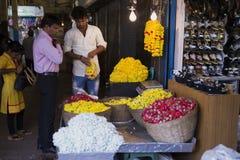 Flores hermosas para el templo en el mercado foto de archivo