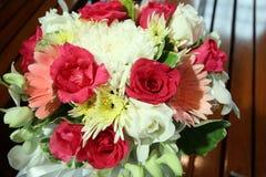 Flores hermosas que se casan la decoración en iglesia Imagenes de archivo