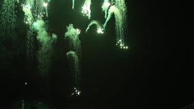 Flores imponentes de los fuegos artificiales en el cielo nocturno Duchas de lluvia coloridas de fuegos artificiales en el fondo o almacen de metraje de vídeo