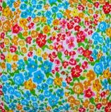 Flores impresas coloridas en textura Fotos de archivo