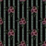 Flores inconsútiles con el modelo rosado de las rosas en fondo negro Fotografía de archivo libre de regalías