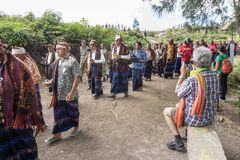 FLORES/INDONESIA-AUGUST 14 2014年:当某些人进行传统仪式时,一个国外游人夺取片刻 库存图片