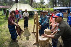 FLORES/INDONESIA-, 14. AUGUST 2014: traditionelle Tänze und Musikinstrumente vom kelimutu Bereich ende tanzten durch einen alten  stockfotografie