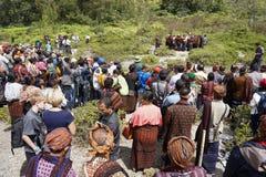 FLORES/INDONESIA- 14 DE AGOSTO DE 2014: O momento em que alguns povos est?o executando rituais tradicionais no kelimutu imagens de stock royalty free