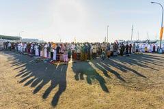 FLORES/INDONESIA-JULY 28 2014年:穆斯林祈祷对庆祝在港口表示月的结束斋月的Eid AlFitr 库存照片