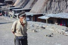 FLORES/INDONESIA-NOVEMBER 06 2012年:一个老村庄的风景在弗洛勒斯告诉了Bena村庄和在a打扮的祖父 免版税库存照片