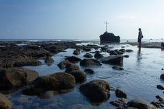 FLORES/INDONESIA-NOVEMBER 16 2012: Widoki plaża Watukrus, Flores, Indonezja Z skałami wokoło plaży i krzyża fotografia royalty free