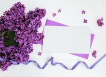 Flores lilás com cartão em uma tabela Foto de Stock