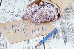 Flores lilás com Empty tag em um fundo de madeira velho Fotos de Stock Royalty Free