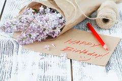 Flores lilás com Empty tag em um fundo de madeira velho Imagens de Stock Royalty Free
