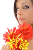 Flores lindos da terra arrendada da menina Imagens de Stock Royalty Free