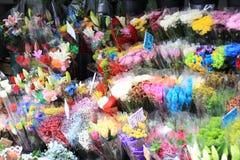 Flores múltiplas em um mercado Fotografia de Stock