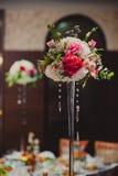 Flores magníficas en la tabla en día de boda Foto de archivo libre de regalías