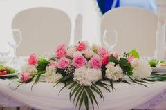 Flores magníficas en la tabla en día de boda Imagen de archivo libre de regalías