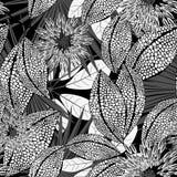 Flores manchadas preto e branco tropicais em um teste padrão sem emenda Fotografia de Stock Royalty Free