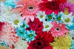 Flores mezcladas coloridas Centro de flores mezclado: diversas flores en diversos colores para una boda fotos de archivo libres de regalías