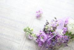 Flores mezcladas con el viejo fondo de la música fotos de archivo