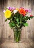 Flores mezcladas en el florero Foto de archivo libre de regalías