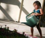Flores molhando da criança Fotos de Stock Royalty Free