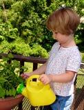 Flores molhando da menina Fotografia de Stock Royalty Free