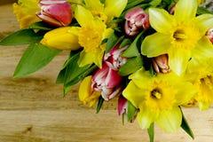 Flores multicoloras de la primavera del ramo en fondo de madera Fotos de archivo
