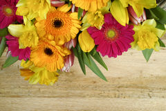 Flores multicoloras de la primavera del ramo en fondo de madera Fotos de archivo libres de regalías