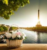 Flores na cesta e na torre Eiffel Imagens de Stock Royalty Free