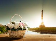 Flores na cesta e na torre Eiffel Fotos de Stock Royalty Free