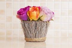 Flores na cozinha foto de stock royalty free