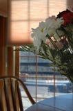 Flores na cozinha imagem de stock royalty free
