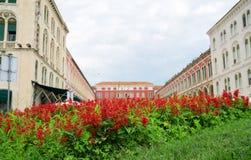 Flores na frente do quadrado da república Fotografia de Stock Royalty Free