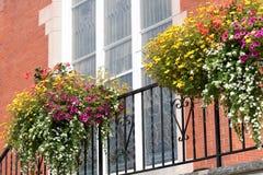 Flores na frente do vidro manchado da igreja Imagens de Stock Royalty Free
