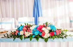 Flores na tabela decor Conceito do feriado foto de stock royalty free