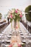 Flores na tabela em um copo de água Fotos de Stock