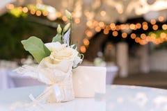Flores na tabela no restaurante exterior Interior de um terraço do verão do café Ajuste da tabela para o copo de água ou Imagens de Stock