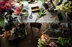 Flores na tabela para o arranjo Imagens de Stock