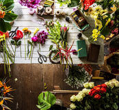 Flores na tabela para o arranjo Fotos de Stock Royalty Free