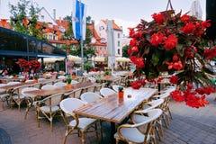 Flores no café da rua do terraço na cidade velha de Riga imagem de stock