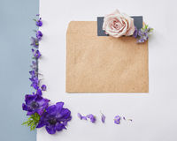 Flores no envelope Fotos de Stock Royalty Free