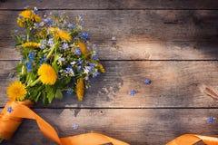 Flores no fundo de madeira Fotografia de Stock